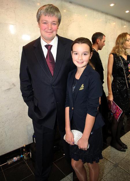 Александр СТРИЖЕНОВ с дочкой (фото Бориа КУДРЯВОВА)