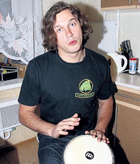 В свободное время НАБУТОВ любит постучать на джембе. Чтобы освоить тонкости игры на африканском барабане, он нанял педагога и платит ему 1500 рублей за занятие