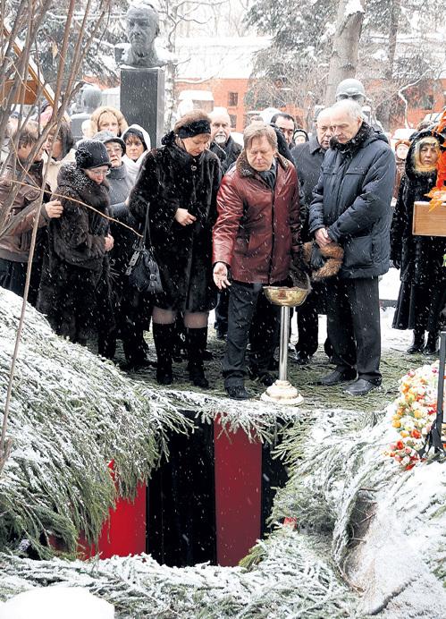Единственный наследник  КАСАТКИНОЙ и его жена Светлана (в центре) сказали последнее «прости» у могилы на Новодевичьем кладбище
