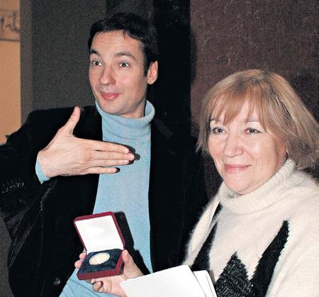 На вручении премии «Триумф» в 2006 году Павла САНАЕВА поддерживала мама