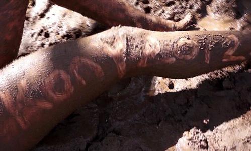 Ноги порнозвезды стали местом для рекламы фильма «KONY 2012»