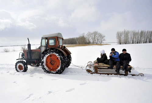 Добираться до Ломов приходится на санях, прицеплённых к трактору