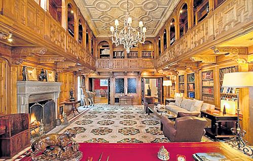 Гостиная дома КЕННЕДИ поражает роскошью и высотой потолка
