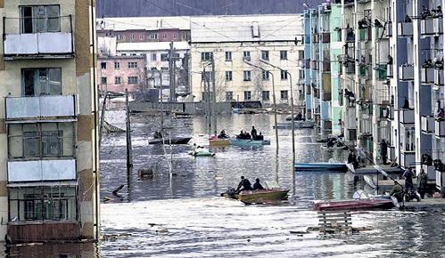 Каждый год российские города, расположенные возле рек, превращаются в Венецию (фото Владимира ВЕЛЕНГУРИНА/«Комсомольская правда»)