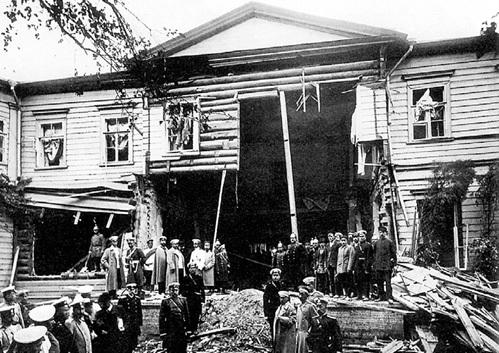 В результате теракта эсеров на столыпинской даче 12 августа 1906 г. 32 человека погибли и 27 были ранены, покалечены дочка и сын премьера, а сам он отделался синяком