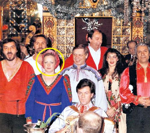 В «Распутине» Эдуард (в центре) положил глаз на Ларису (в круге)