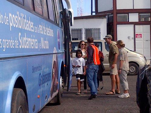 Анджелина ДЖОЛИ и её семья передвигается на обычных рейсовых автобусах