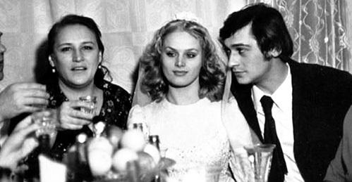 Нонна Викторовна завидовала красоте и молодости невестки, но всё же достала для неё свадебное платье из костюмерной «Мосфильма» (слева направо: Нонна МОРДЮКОВА, Наталья ЕГОРОВА, Владимир ТИХОНОВ)