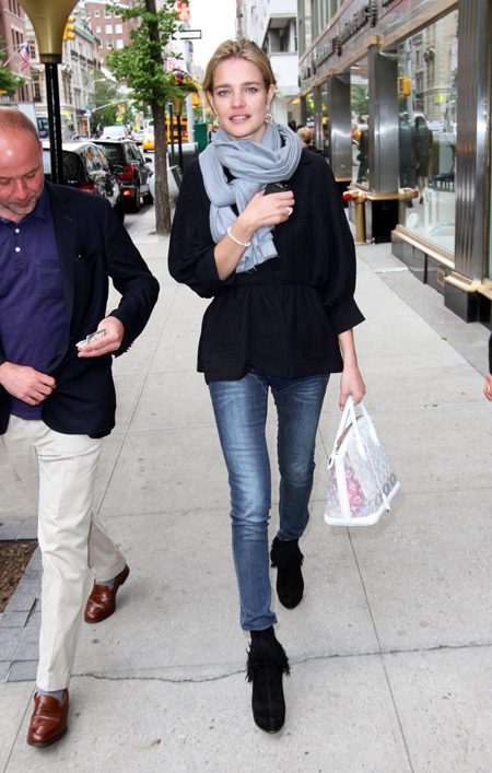 Позже папарацци сфотографировали Наташу в новом цвете на улицах Нью-Йорка
