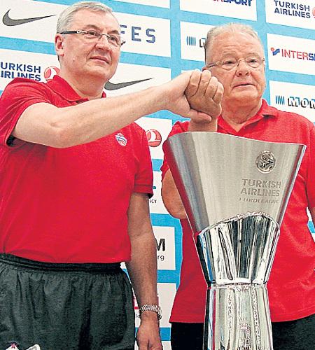 Серб Душан ИВКОВИЧ (справа) перехитрил литовца Йонаса КАЗЛАУСКАСА - и выиграл Кубок Евролиги