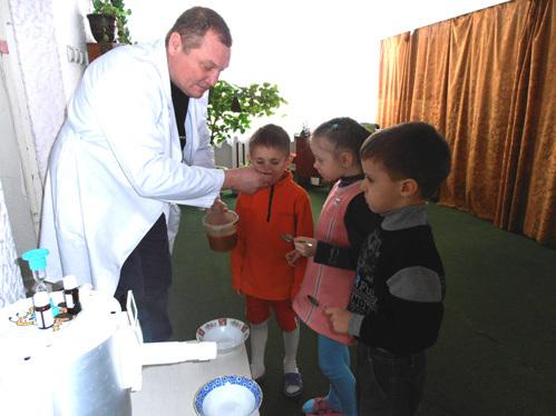 Дети обожают дядю Валеру, который раздает им по утрам мёд…