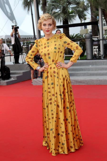 В наряде горчично-желтого цвета актриса появилась на каннской премьере фильма