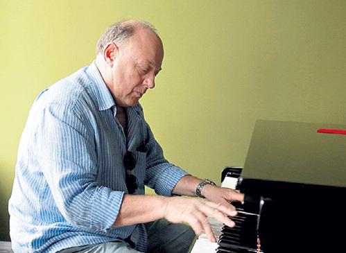 В юности Владимир учился в военно-музыкальном училище и навыки игры на фортепьяно не растерял до сих пор