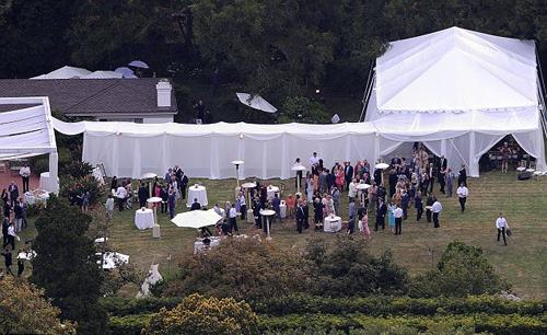 Торжество проходило в поместье БЭРРИМОР, на лужайке установили белые шатры.