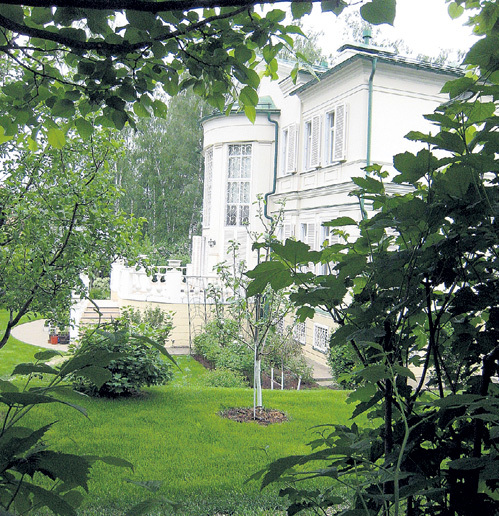 На заднем дворе супруга телеведущего Марина разбила райский сад