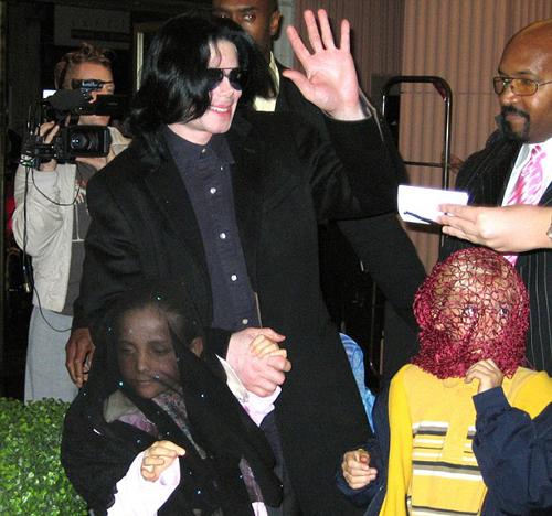 Появляясь на публике, Майкл неизменно прикрывал лица своих детей.