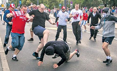 Польские отморозки нападали на наших болельщиков, как сучья стая. Пся крев. Собаки - они и в Варшаве собаки!