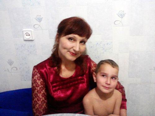 Люба Темирова таксовала, чтобы у сыновей было счастливое детство. Теперь младший сын Антон не расстаётся с этой фотографией мамы