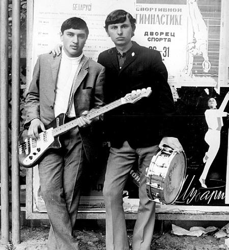 В юности будущий солист группы «Верасы» (слева) был модником