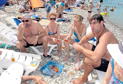 Павел КАПЛЕВИЧ, Татьяна АБРАМОВА, Юлия РУТБЕРГ и Алексей ДМИТРИЕВ с аппетитом поедали вареных раков на пляже