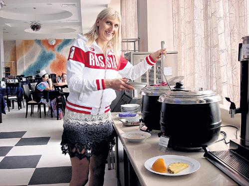 Столовая на базе в Новогорске. ВОДОПЬЯНОВА, как и другие баскетболистки нашей сборной, в еде себе не отказывает