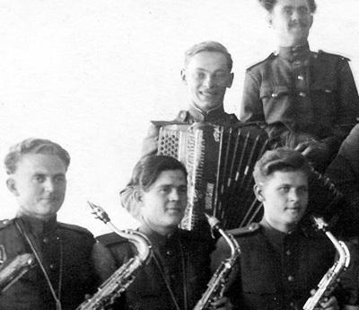 В молодости ЗАЦЕПИН (с баяном) освоил несколько музыкальных инструментов