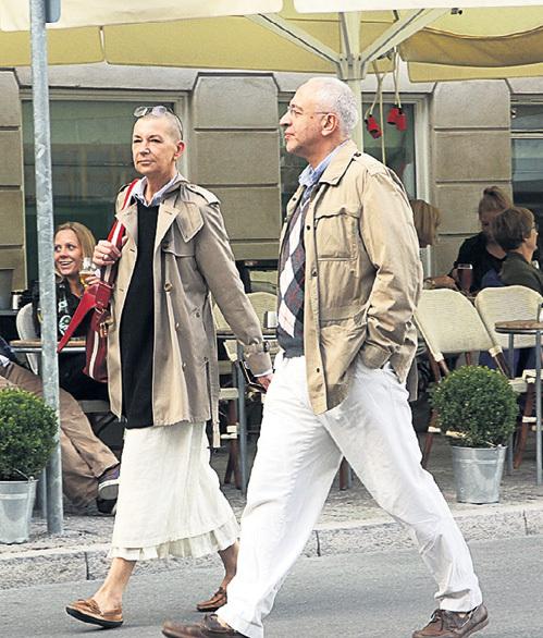 Погода в Копенгагене меняется каждые пять минут. Поэтому к летним брюкам и юбке супруги надели свитера и куртки