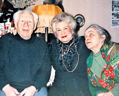 С коллегами Иваном РЫЖОВЫМ и Любовью СОКОЛОВОЙ Муся жила в одном доме. По-соседски актёры часто собирались на вечерние посиделки