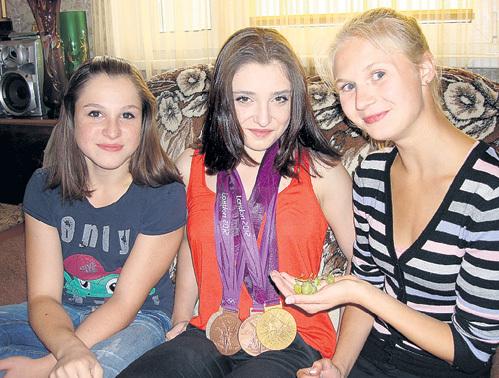 Именитая гимнастка на своём любимом диванчике - вместе с сестрой Наилей (слева) и подругой Полиной