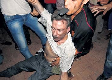 «Освобождённые» ливийцы глумятся над телом «освободителя» - посла США в Ливии Криса СТИВЕНСА. Ему ещё повезло: КАДДАФИ пытали несколько часов