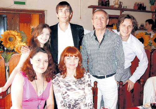 Вячеслав Семёнович с нынешней супругой Еленой, сыновьями Сёмой, Васей и невестками. Фото: vk.com