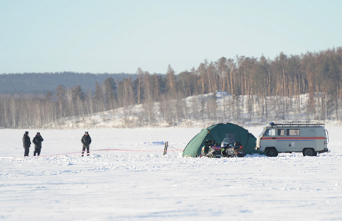 Сотрудники полиции и ГУ МЧС по Челябинской области охраняют место падения метеорита на озере Чебаркуль ((фото РИА Новости).