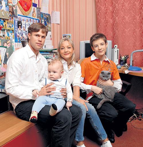 Татьяна БУЛАНОВА и Владислав РАДИМОВ считались счастливой семейной парой (справа - старший сын от первого брака БУЛАНОВОЙ Александр и младший Никита). Фото: «PhotoXPress»