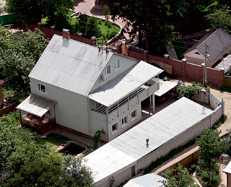 ...они когда-то стояли в доме в писательском посёлке Переделкино, который отобрали за долги