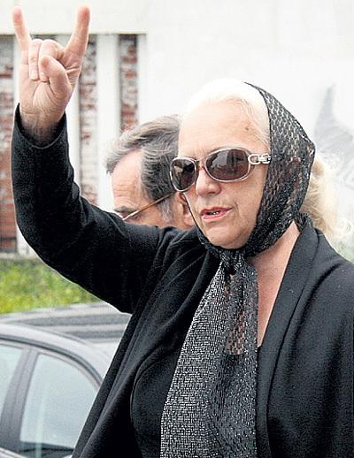 Мишина мама Татьяна ГОРШЕНЕВА, выйдя с церемонии прощания, поприветствовала фанатов сына. Фото Михаила САДЧИКОВА-младшего