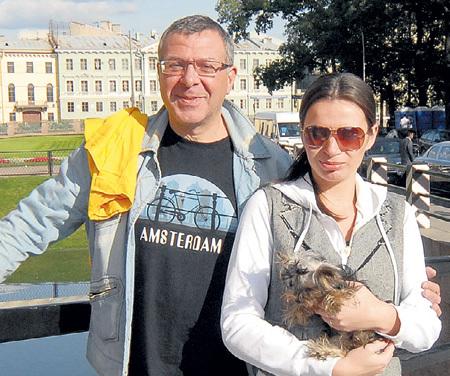 57-летний Андрей Львович готов предложить Максиму ГАЛКИНУ самое дорогое - 27-летнюю жену Лену!