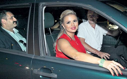 ...но шила в мешке не утаишь: на заднем сиденье её автомобиля был замечен импозантный мужчина восточной внешности