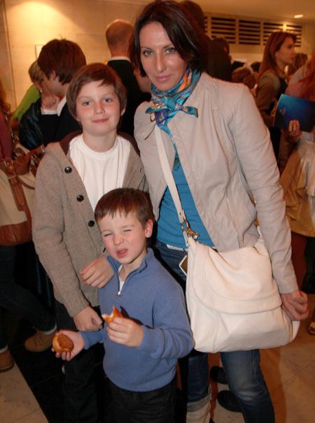 Алика СМЕХОВА с сыновьями (фото Ларисы КУДРЯВЦЕВОЙ)