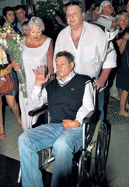 По Юрмале актёр передвигался в инвалидной коляске с помощью шурина Андрея КУЗНЕЦОВА и жены Людмилы ПОРГИНОЙ
