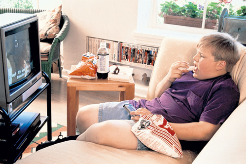 Многие дети, подсаженные на малосъедобную гадость, имеют лишний вес. В некоторых странах Европы рекламу чипсов запретили, а у нас крутят по всем каналам