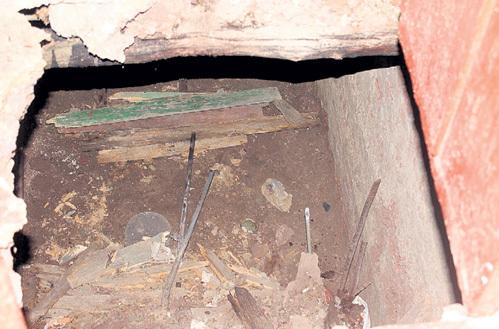 В эту дыру в подполе бабуля ухнула с высоты двух метров и напоролась на трубу