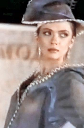 В первых кадрах фильма «Ваш выход, девочки!» Ольга ДРОЗДОВА предстала в прозрачной кофточке
