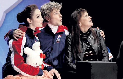 Чарли по-свойски обнимает не только партнёршу Мэрил, но и тренера Марину ЗУЕВУ