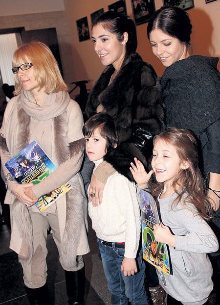 Вера ГЛАГОЛЕВА с удовольствием помогает дочерям Марии и Анне воспитывать их детей - Кирилла и Полину