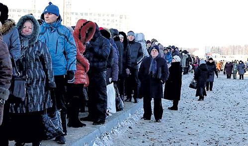 Людей, подходящих к храму, волонтёры просят заранее подготовиться к прикосновению к Дарам: снять перчатки, перекреститься. Фото: by24.org