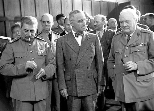 Президент США Гарри ТРУМЭН (в бабочке) в июне 1951 года приказал разработать план устранения СТАЛИНА. Уинстон ЧЕРЧИЛЛЬ (справа) подытожил: «Хрущёв начал борьбу с мёртвым и вышел из неё побеждённым»