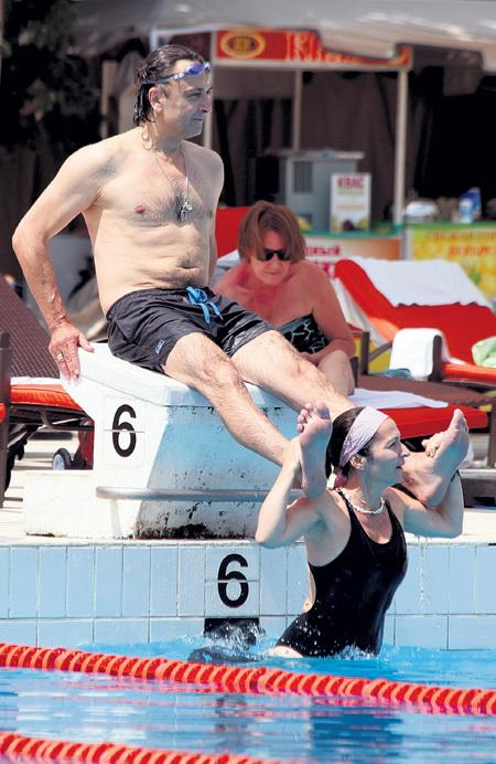 Жена Алина массировала ноги уставшему от плавания Александру ЛАЗАРЕВУ-младшему