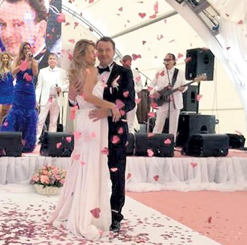 Молодожёны кружились в романтическом танце по лепесткам роз