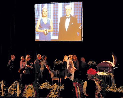 Во время траурной церемонии на большом экране показывали фотографии телеведущего