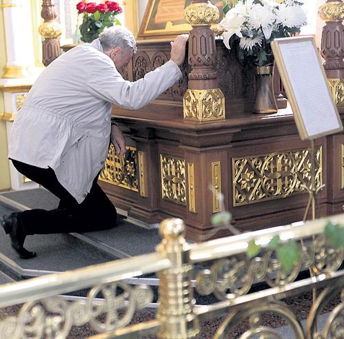 ...и встал на колени перед ракой с мощами преподобного Варлаама ЧИКОЙСКОГО